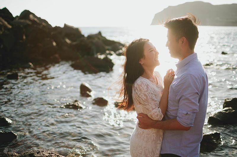red beach santorini couple